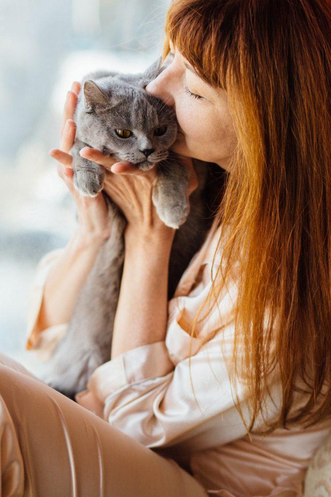 Pourquoi les chats préfèrent les femmes